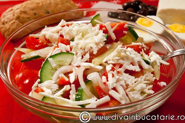 salata-de-rosii-castraveti-ardei-cu-brz-1