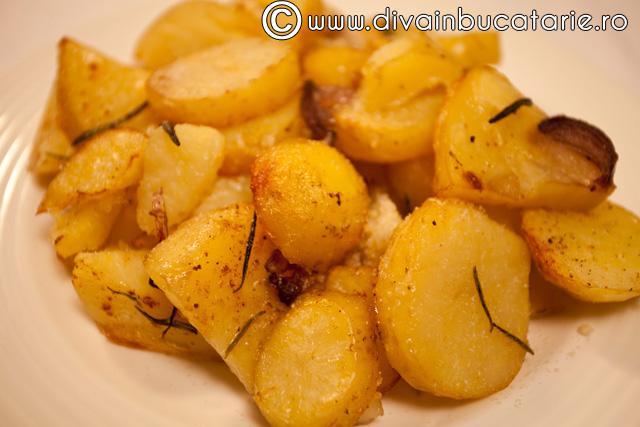 cartofi-noi-cu-rozmarin-si-ceapa-rosie