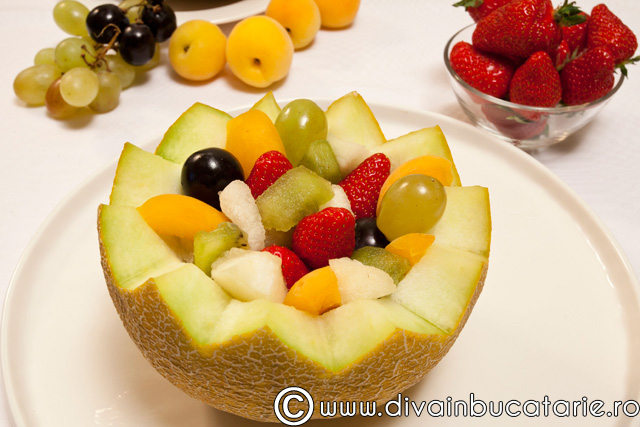 salata-de-fructe-in-bol-de-pepene