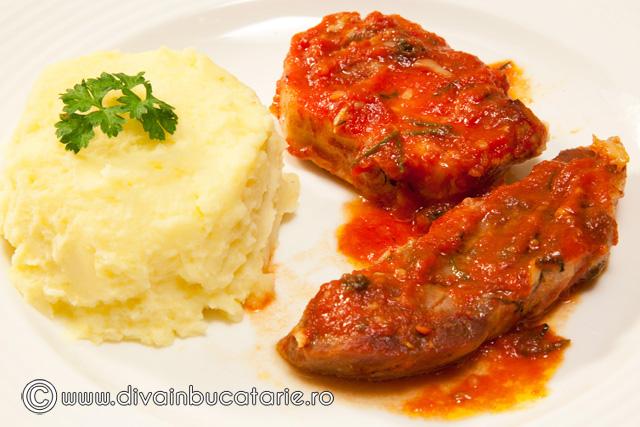 friptura-de-porc-in-sos-de-rosii-cu-usturoi