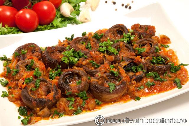 ciuperci-cu-sos-de-rosii-si-usturoi