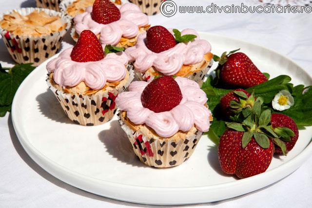 cupcakes-cu-spuma-de-capsuni