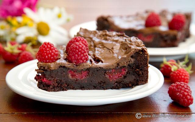 tort-de-ciocolata-cu-zmeura-felie