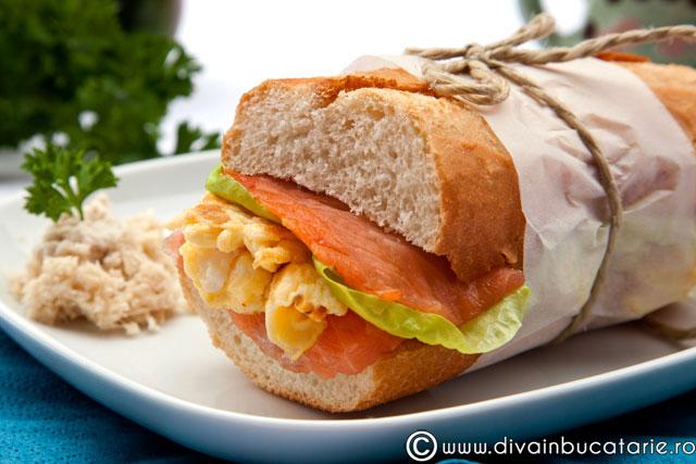 sandvis-cu-somon-si-omleta