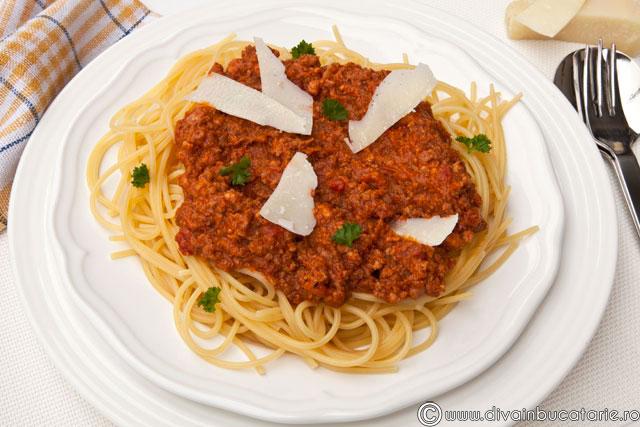 Spaghete-cu-sos-ragu-alla-bolognesee-01