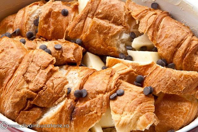 budinca-din-croissante-cu-mere-si-fulgi-de-ciocolata-2
