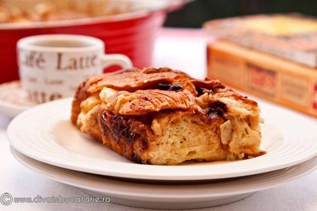 budinca-din-croissante-cu-mere-si-fulgi-de-ciocolata-3