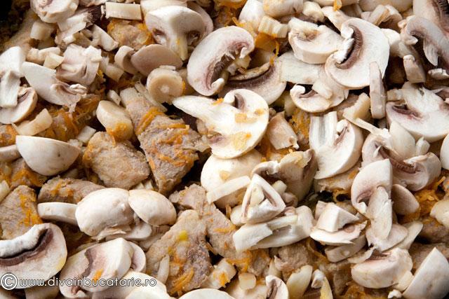 tocanita-de-porc-cu-ciuperci-si-ardei-copti-2