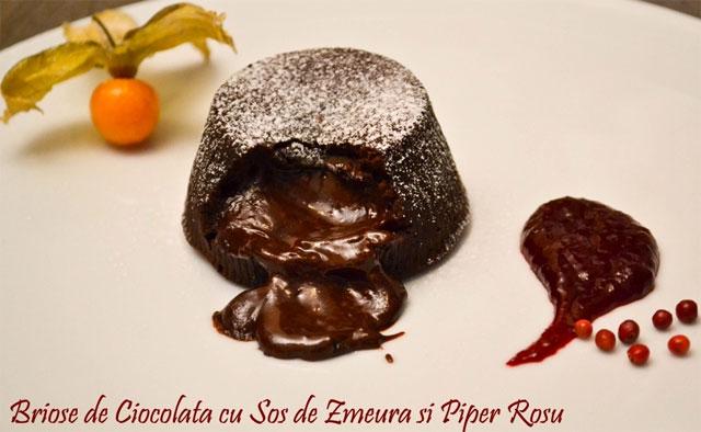 briose-de-ciocolata-cu-sos-de-zmeura-si-piper-rosu