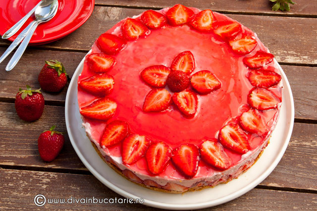 cheesecake-cu-capsune-si-nuca-de-cocos