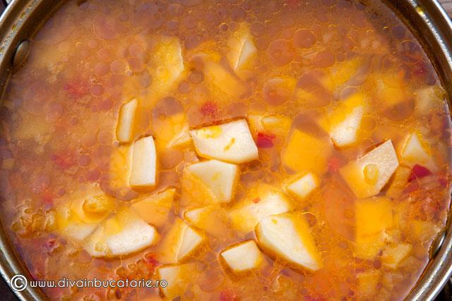 ciorba-de-cartofi-cu-rosii-si-lestean-2