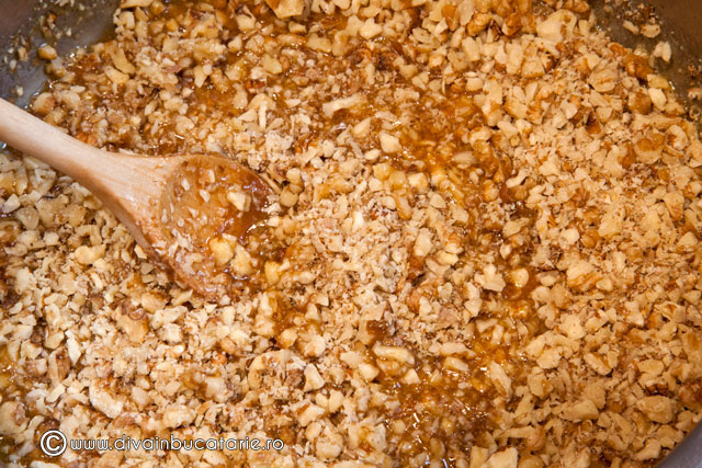 prajitura-cu-foi-de-napolitana,-caramel-si-nuci-2
