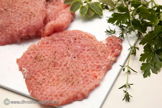 snitel-de-porc-in-crusta-de-parmezan-si-verdeturi-1