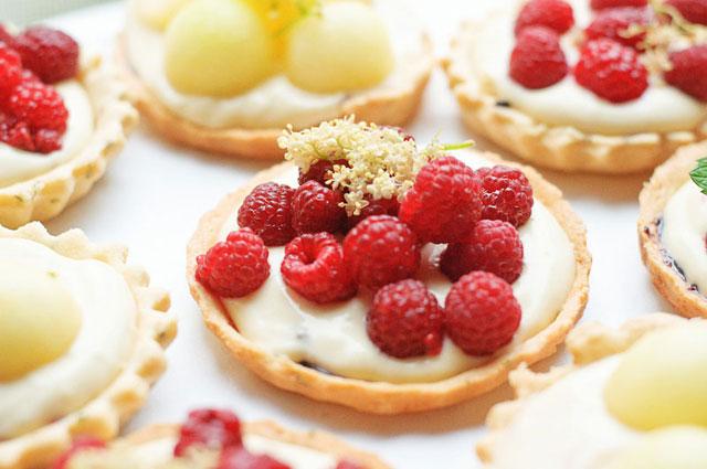 Tarte-cu-crema-de-soc-si-fructe-64-of-73