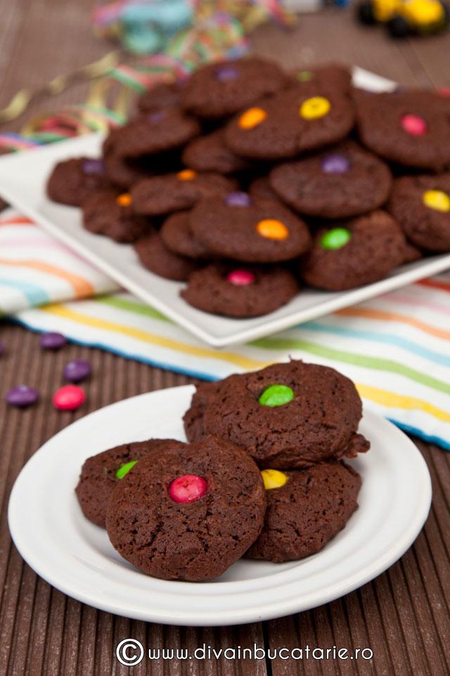 biscuiti-de-ciocolata-cu-bomboane-01