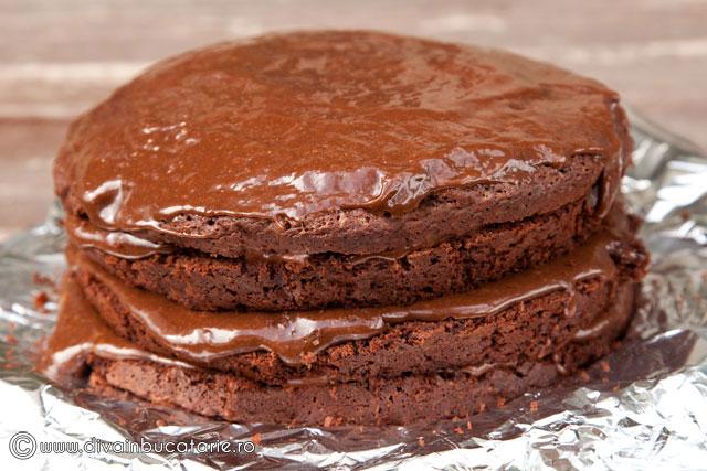 tort-de-ciocolata-cu-crema-nutella-si-alune-de-padure-6