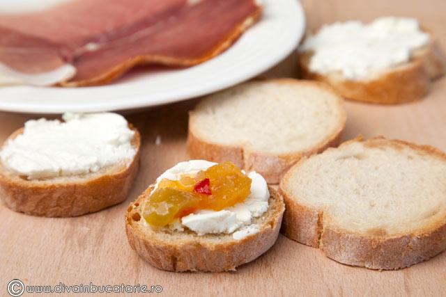 crostini-cu-branza-de-capra,-prosciutto-si-chutney-de-rosii-verzi-1