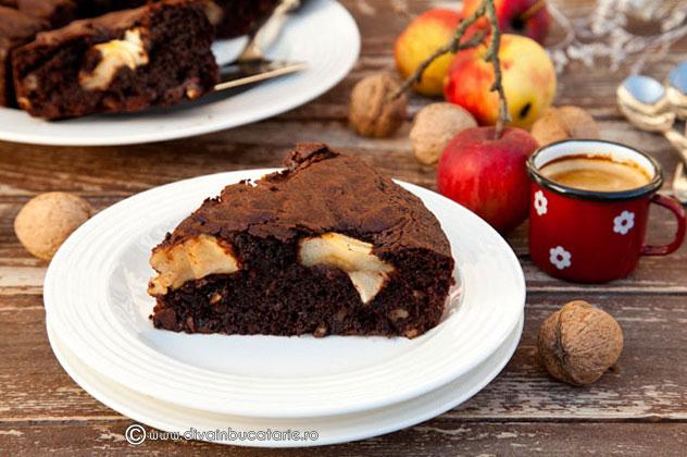 brownie-cu-nuci-si-mere-