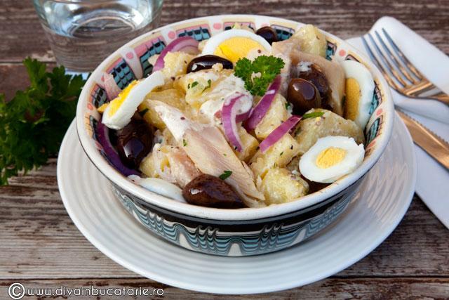 salata-de-cartofi-cu-pastrav-afumat-si-sos-de-mustar