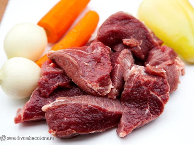ciorba-cu-varza-acra,-carne-de-vitel-si-afumatura-1