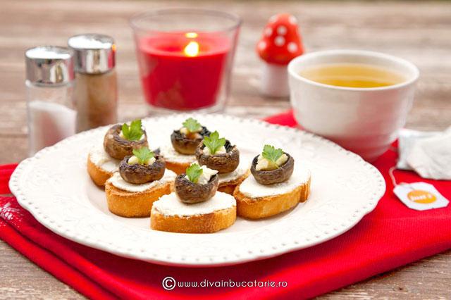 crostini-cu-crema-de-branza-si-ciuperci