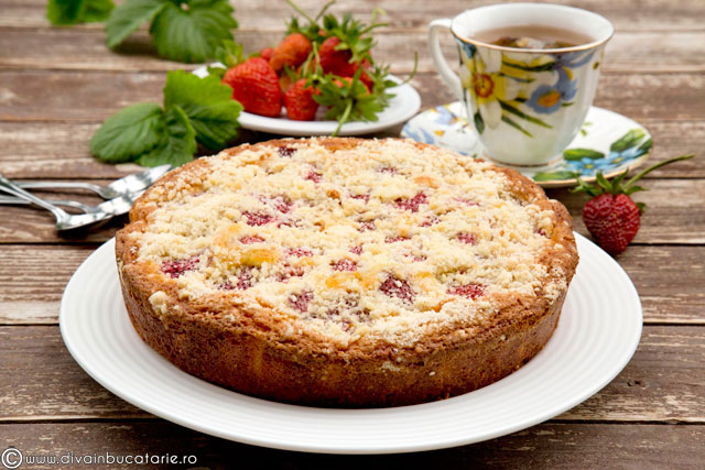 prajitura-cu-iaurt-capsuni-si-topping-crocant