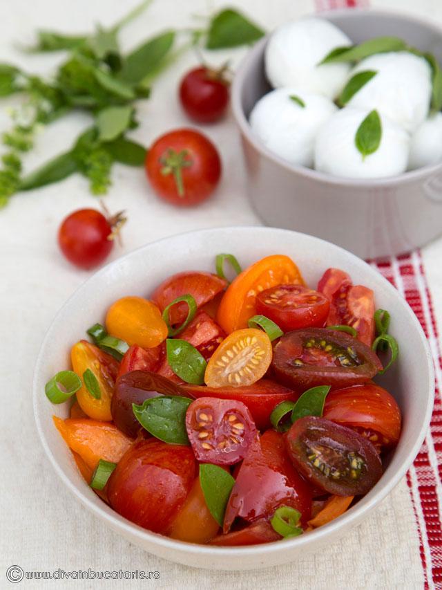 salata-colorata-de-rosii-cu-busuioc