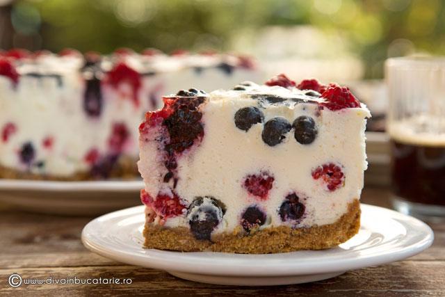 cheesecake-cu-fructe-de-padure-si-bezea-felie