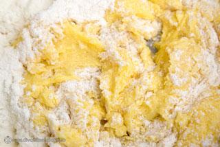 prajitura-cu-prune-nuca-de-cocos-si-bezea-2