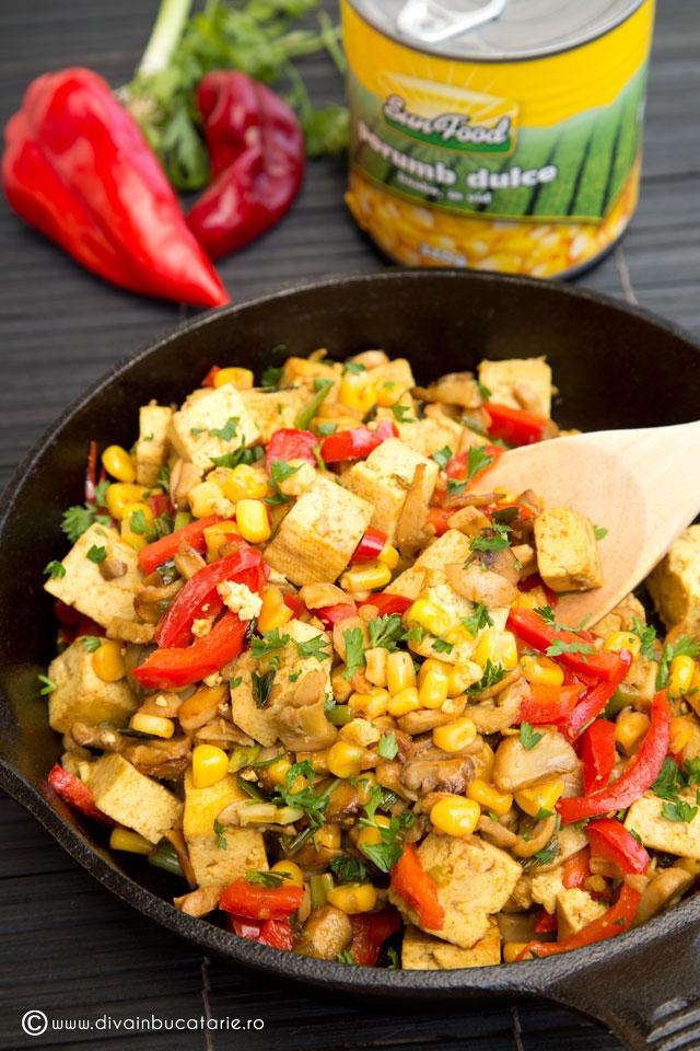 tofu-la-tigaie-cu-porumb,-ciuperci-si-ardei-sun-food-f