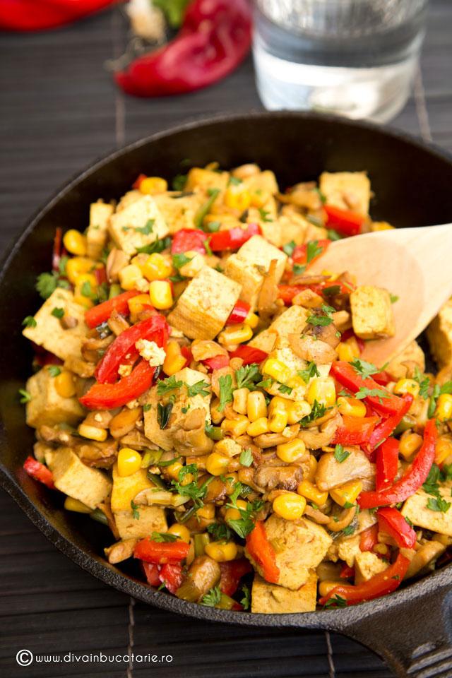 tofu-la-tigaie-cu-porumb,-ciuperci-si-ardei