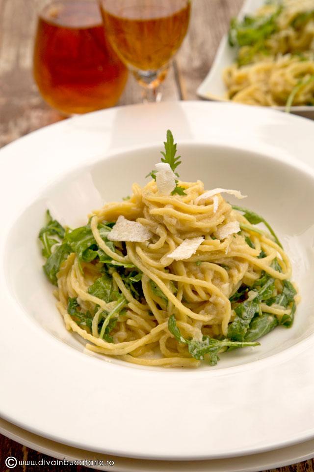spaghetti-cu-sos-de-ceapa,-parmezan-si-rucola