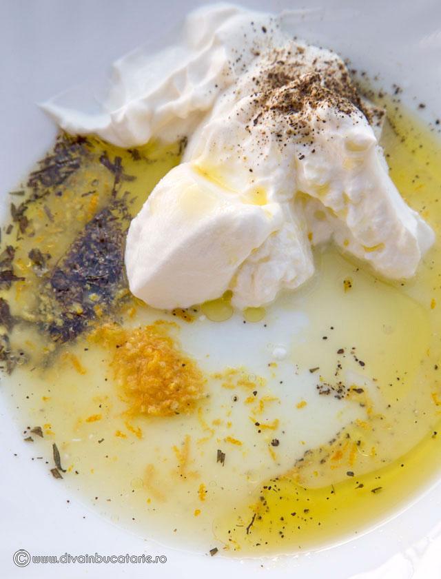 salata-cu-pui-si-dressing-de-lamaie-si-iaurt-d