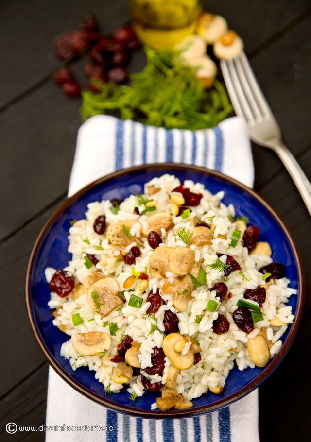 salata-de-orez-cu-ciuperci-si-merisoare