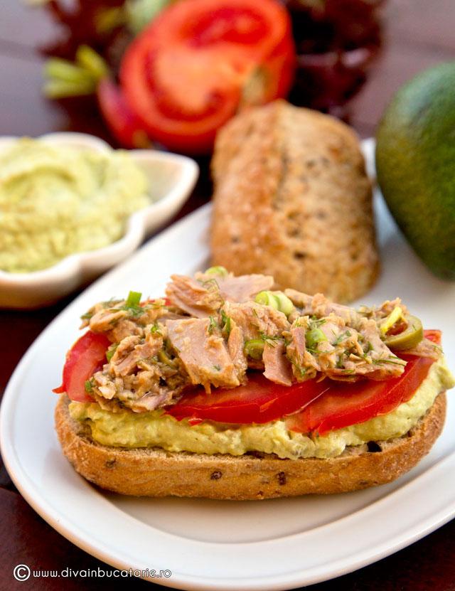 sandvis-cu-crema-avocado-si-ton
