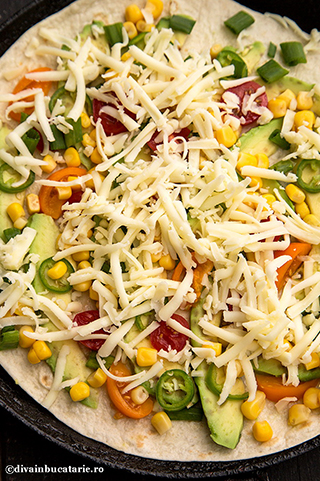 quesadilla-cu-avocado,-jalapeno-si-rosii---retete-mexicane-2