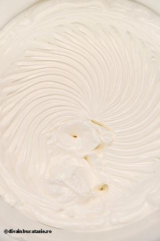 tort-cu-mousse-de-iaurt-si-piersici-1