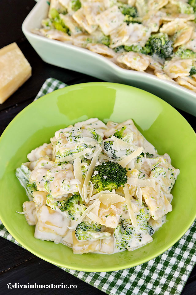 paste-cu-sos-cremos-de-branza-si-broccoli