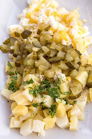 salata-oua-cartofi-castraveti-murati-1