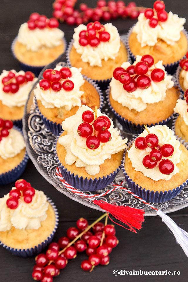 cupcakes-cu-ciocolata-alba-si-coacaze-rosii_