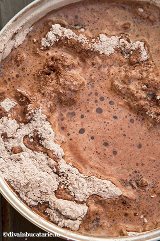 tort-cu-ciocolata,-nuca-si-rom-de-post-3