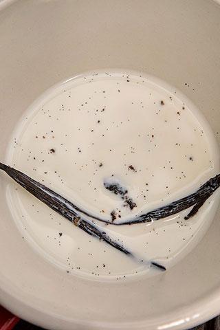 chec-cu-vanilie-si-crema-de-capsuni-2