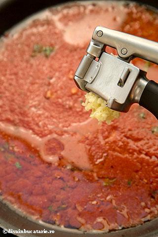 spaghetti-cu-sos-de-rosii-in-unt-si-piept-de-pui-4