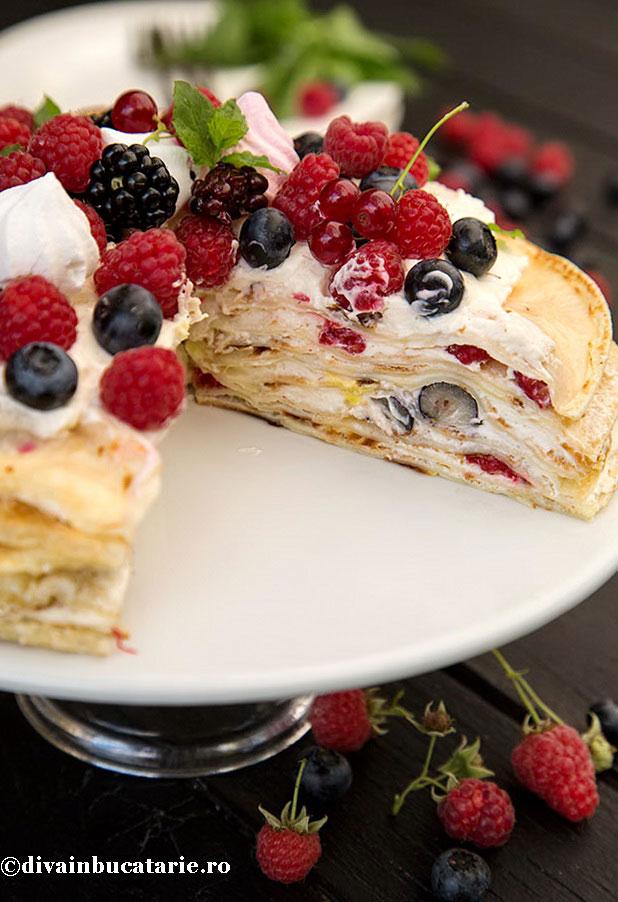 tort-de-clatite-cu-fructe-de-padure-sectiune