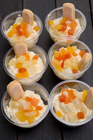cupe-cu-piscoturi-budinca-de-vanilie-si-fructe-4