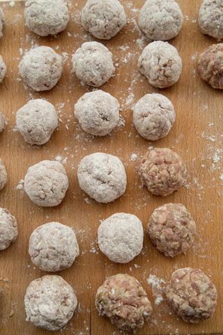 chiftelute-gratinate-in-sos-de-rosii-2