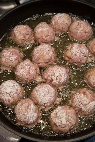 chiftelute-gratinate-in-sos-de-rosii-3