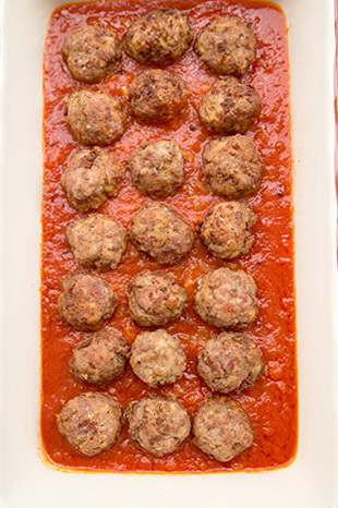 chiftelute-gratinate-in-sos-de-rosii-5