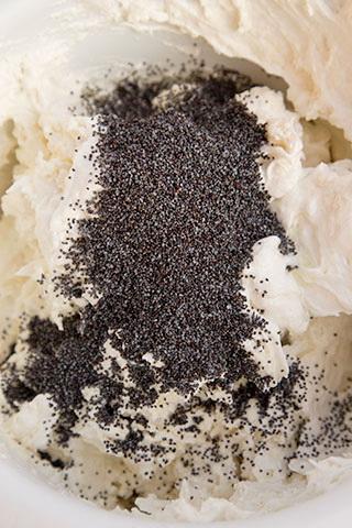 prajitura-cu-mac,-crema-de-branza-si-lamaie-3