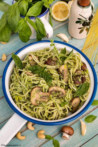 Spaghetti cu ciuperci, praz si pesto vegan de broccoli diva in bucatarie